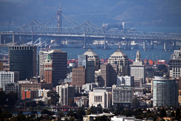 OAKLAND,_CA,_USA_-_Skyline_and_Bridge